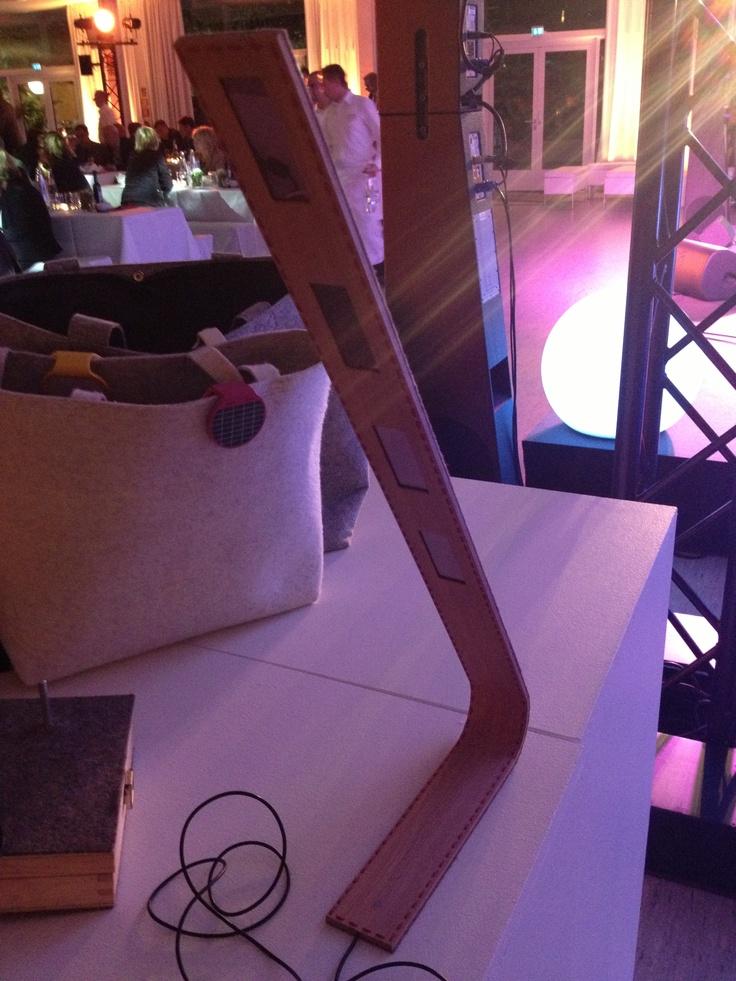1. Platz: Schreibtischleuchte mit OLED. Aus Holz und Filz. Ohne Kleber, von Hand zusammen genäht.