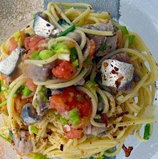 Μια δροσερή εκδοχή της σπαγγετάδας με υπέροχη ανάλαφρη Μεσογειακή γεύση από την ωμή ντοματούλα και την τρυφερή σάρκα από τις μαριναρισμένες σαρδέλες