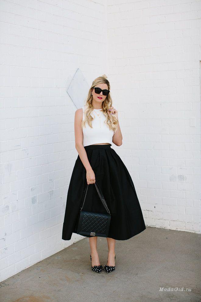 Что нужно, чтобы почувствовать себя принцессой? Иногда розы в подарок от любимого, а иногда правильная юбка в шкафу. Длина миди, как известно, одна из самых женственных и модных этим летом. И именно юбкам такой длины посвящена сегодняшняя публикация. В статье представлены модные образы с юбкой миди, которые подойдут как для жаркого лета, так и для прохладной погоды.