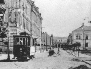 Az 1-es motorkocsi a Mátyás király útján, a háttérben a pályaudvar épülete. 1900-as évek elején
