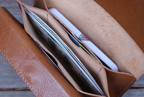 Este embrague de cuero negro es hechos a mano por mi con hermoso, bronceado de vehículo de calidad premium cuero italiano. Simple, elegante, práctico y genial para esencial diario.  Tiene 3 bolsillos: uno de él con la solapa cerrada con un cierre magnético y la tarjeta de crédito 2 ranuras.  Tamaño perfecto para sostener sus elementos esenciales como el teléfono, llaves, tarjeta de crédito o lápiz labial. Puede utilizarse como un práctico monedero, bolso de noche pequeña o bolsa para sus…