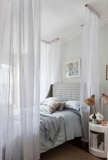 フレームに圧迫感を感じるという方には、天井部分に少し細工をしてカーテンを吊るす方法もあります。大きなフレームを設置しなくてもこれだけで素敵な寝室ができあがりますね。夜はライトをつけると、やわらかなファブリックから透ける光がとてもキレイで雰囲気抜群になるでしょう。