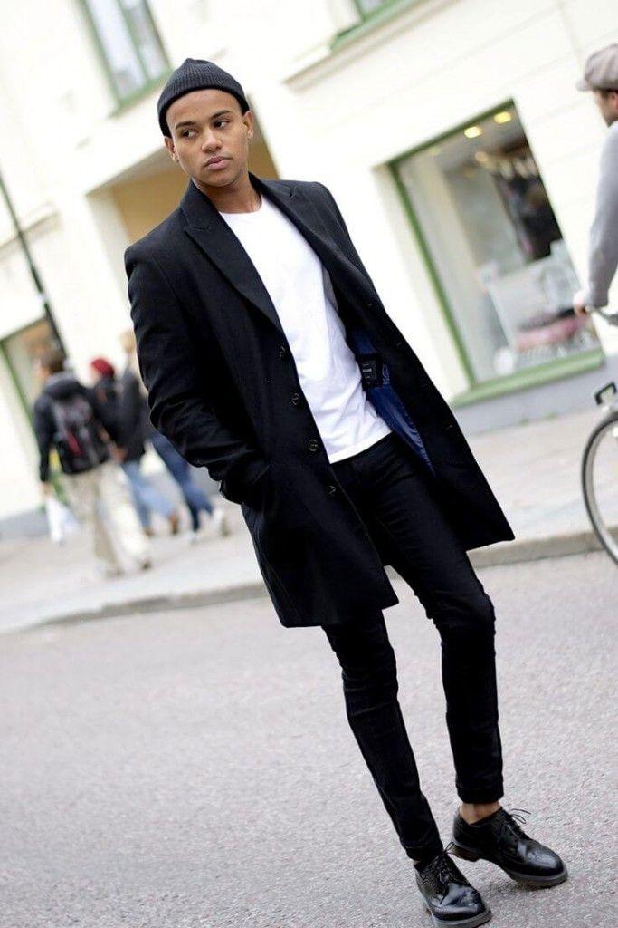 黒のチェスターコートに白Tシャツ、黒パンツ、黒革靴を合わせたメンズファッション