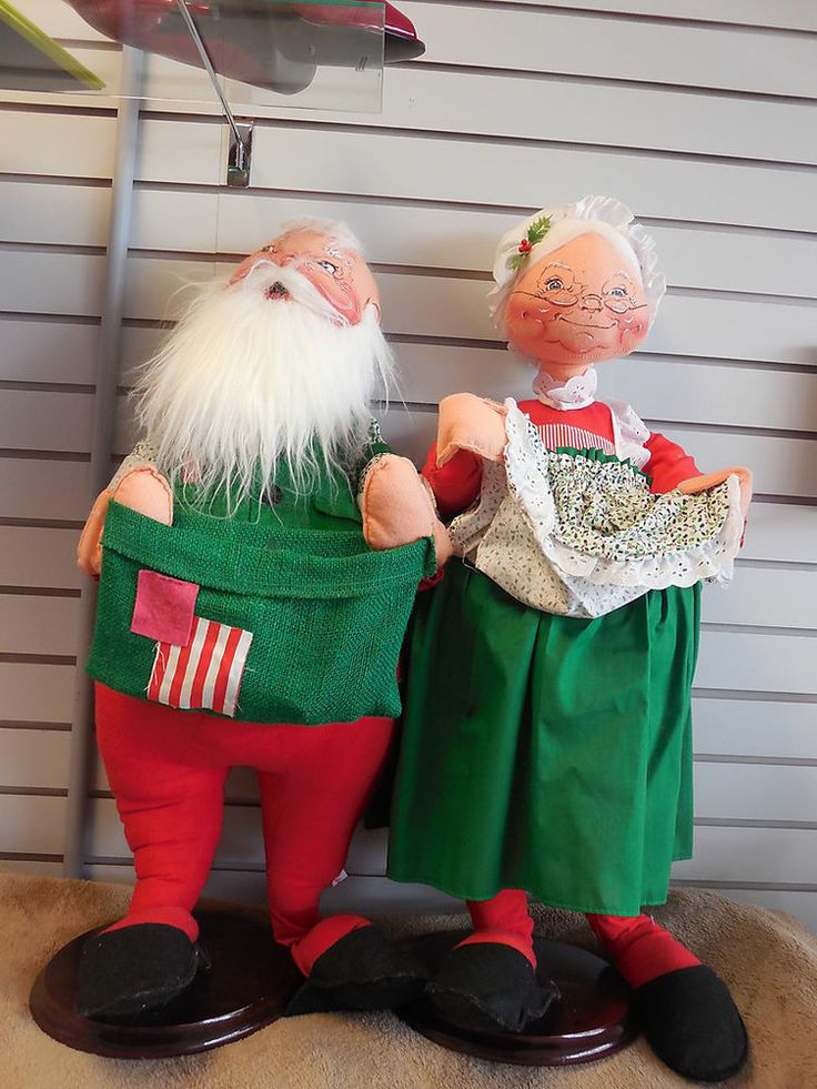 Set Of ANNALEE 90 Mr And Mrs Santa Claus 32 High On Wooden Stands MINT