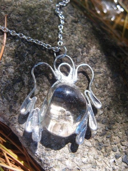 Predstavujem Vám originálne šperky z dielni Katu-Hula. Materiál: krištáľ (všeobecne podporuje vlastné liečivé účinky organizmu a je vhodný na všetky zdravotné problémy) Granát...