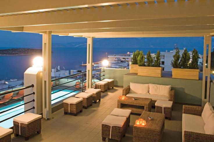 Appartementen Alantha. Het complex beschikt over een zwembad, zonneterras met ligbedden en parasols en een prachtig uitzicht over de baai en het eiland Krikri.    Voor een lekker drankje kunt u terecht bij de pool-/snackbar. In Agios Nikolaos zijn vele goede bars, taverna's, restaurants en een gezellig uitgaansleven te vinden.    De appartementen van Alantha liggen centraal, met het strand en de haven van Agios Nikolaos op ca. 100 m.    Officiële categorie A