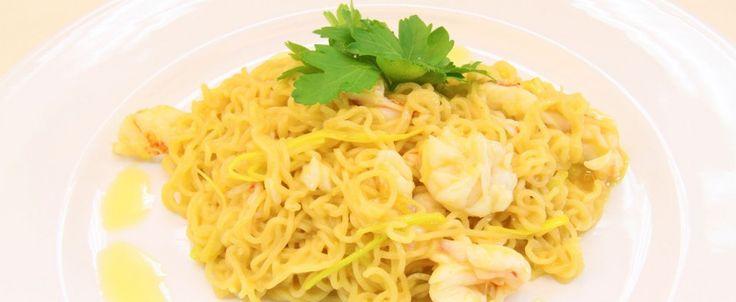 Idea Per... Noodles gusto Curry conditi con porri tagliati a fiammifero, zenzero, gamberoni freschi sgusciati e latte di cocco.