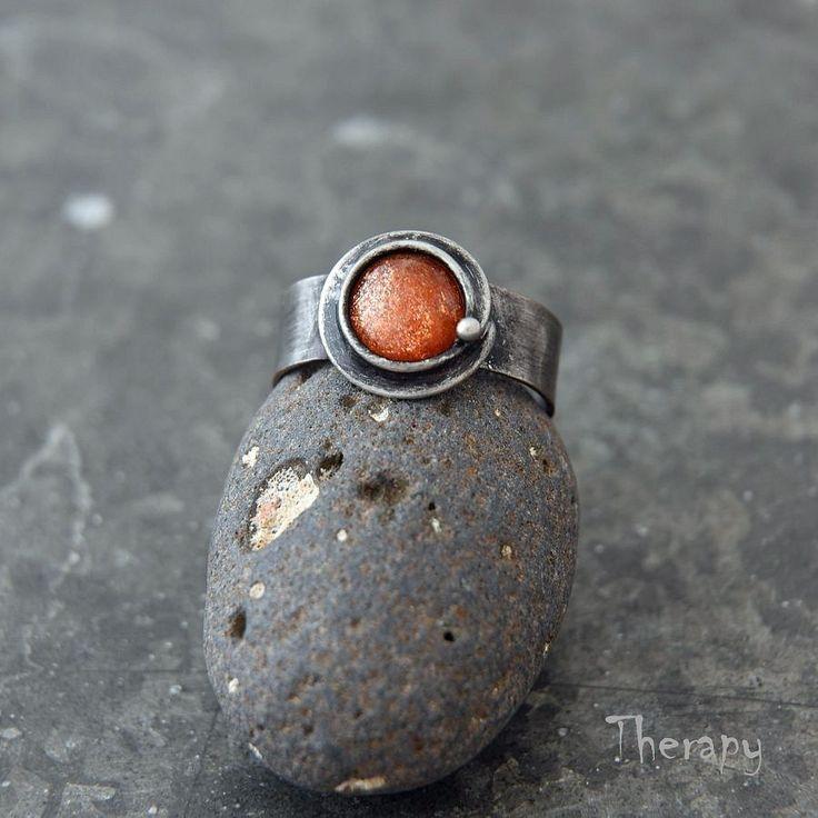 Prsten+se+slunečním+kamenem+Cínem+pájený+prsten+s+kabošonkemslunečního+kamene.+Obroučka+prstenu+je+nastavitelná,+orientačně+velikost+54+-+59.+Patinováno,+leštěno,+ošetřeno+antioxidantem.
