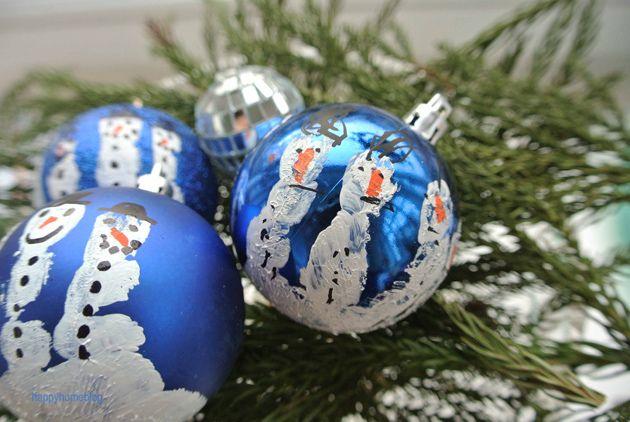 Das perfekte Geschenk von Kindern zur Weihnachtszeit Weihnachtskugel mit Handabdruck. Christmaumkugel mit Schneemännern. Anleitung auf www.happyhomeblog.de