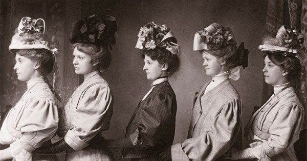 1910;  le chapeau