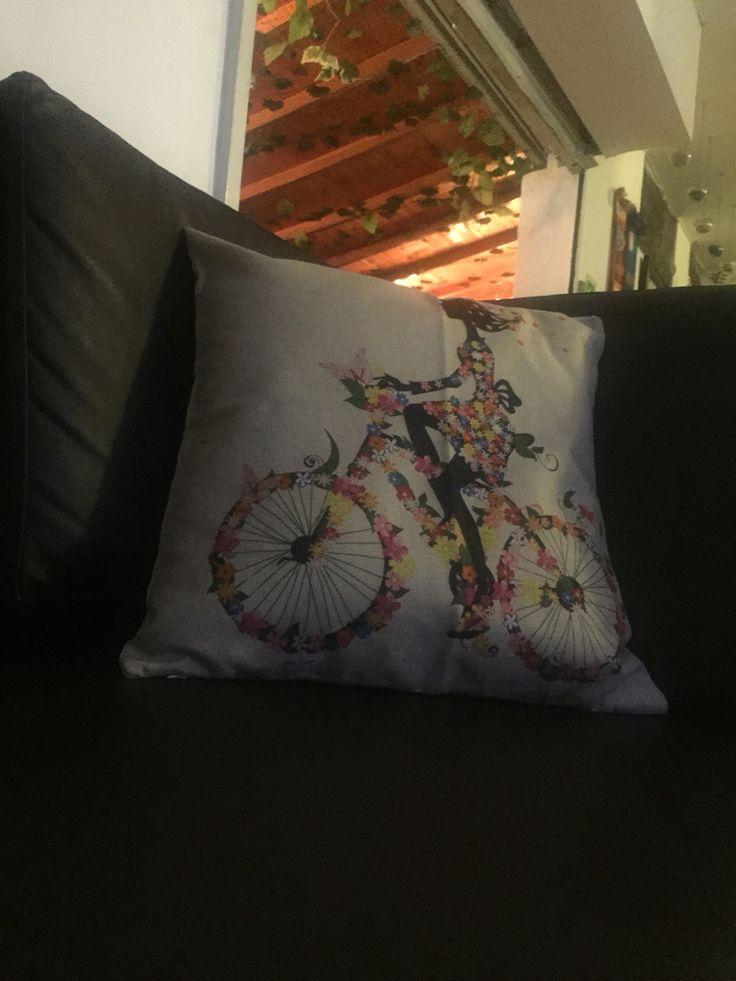 Cojín mujer en bici con flores!!!  Síguenos en instagram @rogodeco ... Comunícate con nosotros en los teléfonos  300-733-83-08 / 304-546-0064