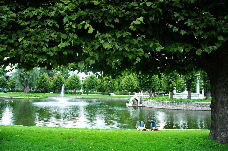 """Kadriorgin puisto samannimisessä kaupunginosassa on Tallinnan puistojen ehdoton kuningatar. Molemmat ovat tsaari Pietari Suuren 1700-luvulla perustamia. Puisto on nimetty hänen vaimonsa, Katariina I:n mukaan. Aluetta ei turhaan kutsuta Tallinnan """"pikku Versaillesiksi"""". Puisto edustaa 1700-1900-lukujen puistoarkkitehtuuria. Alueella on upea Joutsenlampi huvimajoineen ja suihkulähteineen. Puistossa on myös mm. japanilainen puutarha ja alppiruusutarha. #tallinna #eckeröline #kadriorg"""