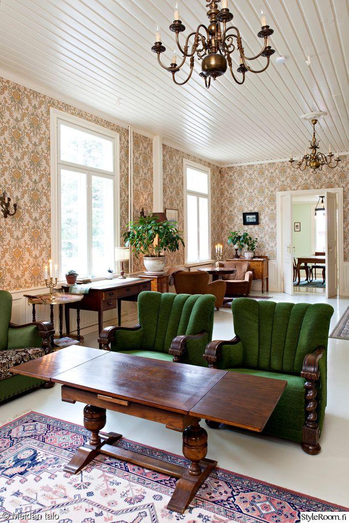 olohuone,olohuoneen sisustus,tapetti,vihreä,vihreä nojatuoli,vanhat huonekalut