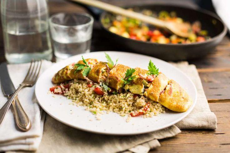 Recept voor omeletreepjes voor 4 personen. Met zout, olijfolie, peper, rode paprika, Italiaanse roerbakgroente, peterselie, snoeptomaatjes, ei, roomkaas en rijst