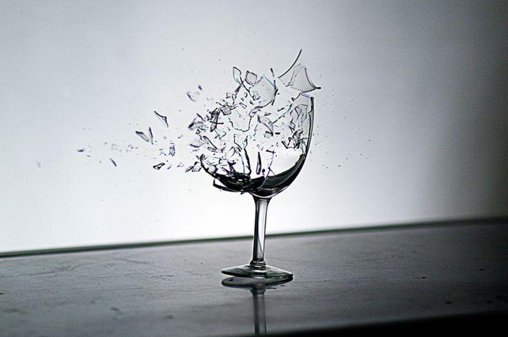 Por que o vidro quebra quando cai no chão?