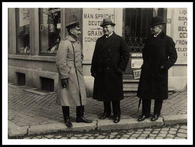 La fotografía muestra a Matthias Erzberger (centro) con el general von Hammerstein-Gesmold (izquierda) y el subsecretario Ernst von Langwerth-Simmern (derecha) en Spa, Bélgica. noviembre de 1918.
