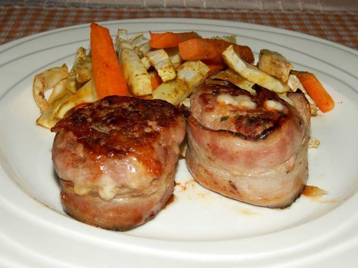Zvířátkový den - mleté maso v angl.slanině a zeleninové hranolky. Mleté maso okořeníme jako na karbenátky, přidáme strouhaný sýr, smetanu 12% a tvoříme malé bochánky, které obalíme v angl.slanině a pečeme v troubě. Zeleninu nakrájíme na hranolky, krátce povaříme, osušíme, pokapeme oliv.olivovým olejem a okořením provensálským kořením.