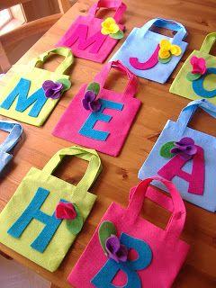 Sugestão para lembrancinha de aniversário: sacolinha personalizada com a letra do nome do aniversariante.