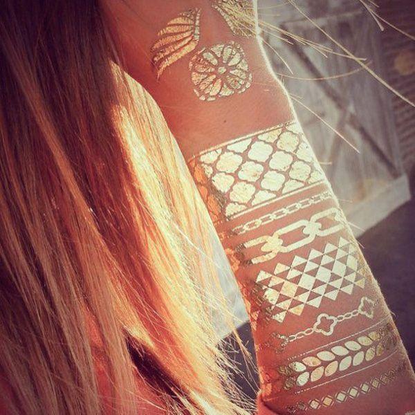 Tatuaj nepermanent în culori metalice   cod kimio901   Un mod excelent de a-ţi dezvălui latura nonconformistă fără a suferi modificari ireversibile!      Așa te bucuri de toate avantajele unui tatuaj, fără a suferi din cauza dezavantajelor!    Foloseşte-ţi imaginaţia și combină mai multe tatuaje, la mână sau deasupra gleznei, sau folosește-le individual, aparente sau ascunse în funcţie de ţinută.   Tatuajul rezistă pe piele mai multe zile și poate fi îndepărtat ușor cu alcool, ulei pentru…