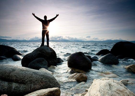 A paz de Cristo esteja convosco!  Hoje vamos falar sobre crises. Uma crise é uma fase difícil, grave e de penúria em uma época de prosperidade.  A crise é um acontecimento normal em nossas vidas: crise de dor, sentimento de perda, abandono, porém elas nunca surpreendem a Deus.  Pedro acreditou nisso(1º Pedro 4:12 e 13). Não fique surpreso quando vierem crises sobre vós.  Saiba que a firmeza de sua fé em Jesus Cristo superam todas as crises no seu tempo determinado.  Recuse-se a sucumbir a…