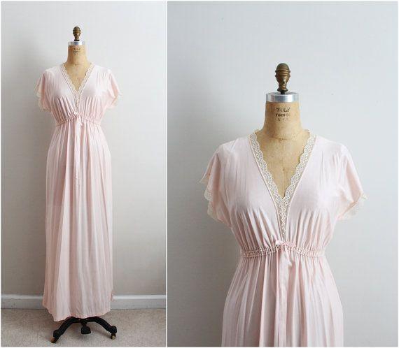 Hoi! Ik heb een geweldige listing op Etsy gevonden: https://www.etsy.com/nl/listing/428110751/vintage-jaren-70-roze-peignoir-set-lace