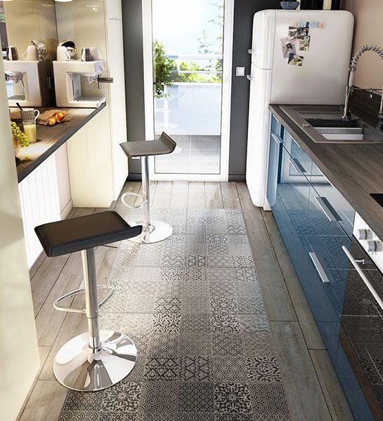 Quoi de plus original qu'un tapis de carrelage sur votre sol de cuisine ? Un bel effet de style qui, en plus, donne une illusion de pièce plus grande.