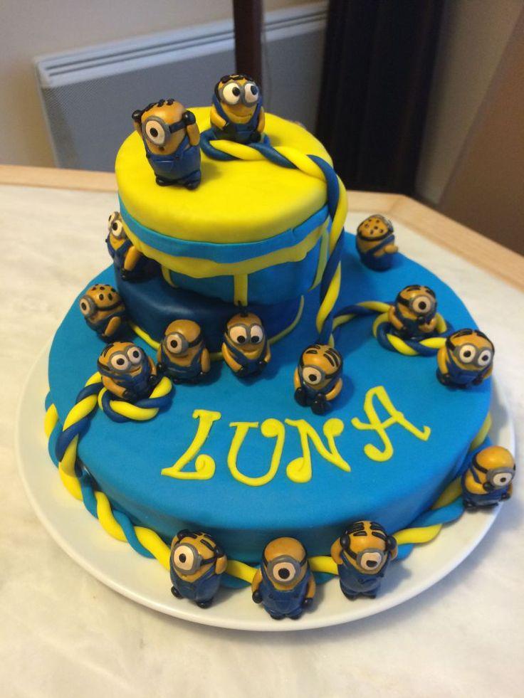 Gâteau sur le thème Minions  Découvrez comment le réaliser vous-même avec un tutoriel en images sur mon blog Les délices d'Anaïs.  https://lesdelicesdanais.net/tutoriels/minions/  #cakedesign #tutoriel #gateau #patisserie #pateasucre #gâteau #anniversaire #birthday #birthdaycake #cake #Minions