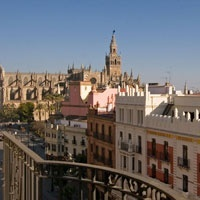 Flat to reform located in one of the main streets of Seville, near the Cathedral and the Puerta de Jerez, with excellent views to the outside. It offers a perfect base to become a designer apartment in the heart of the city.