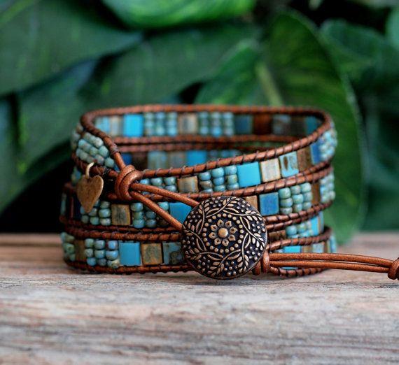 Características de pulsera de esta envoltura de cuatro 5x5m Miyuki abalorios de Tila, en magníficos tonos de bronce y turquesa, meticulosamente escalera cosido a alta calidad, cuero color bronce. Hecho por Miyuki, el fabricante más antiguo y mejor de Rocallas japonesas, perlas de Tila son una tira de cristal plano con diferentes acabados y una de las más recientes formas de grano disponibles (y me encanta, amo, amo!) En esta pulsera, son complementados por rocallas de Miyuki Picasso y…
