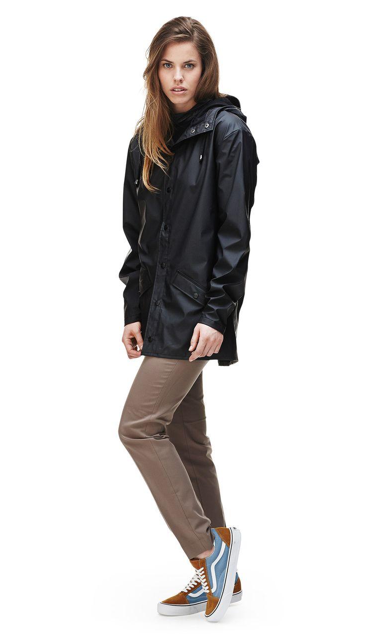 """Regnjakke fra Rains. Ikke nødvendigvis den her, men måske den her (""""Jacket""""), den der hedder """"Long Jacket"""", """"Breaker"""" eller """"A-Jacket"""" :)    The Jacket style is a modern interpretation of the classic rain jacket. A light-weighted fabric, with an elegant mat surface makes it comfortable to wea..."""