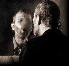 """ESPEJISMOS LOGICOS.  LEWIS CARROLL: LO QUE ALICIA ENCONTRÓ AL OTRO LADO  Por Adolfo Vásquez Rocca  ¿Cuando veo a una persona en el espejo qué veo?  Lo que hay"""" frente a mi, """"la persona del espejo"""" [mi reflejo objetivado] es –si se quiere– mi alteridad (otredad) fantasmática, que se pregunta lo mismo de yo, sólo que desde """"dentro"""" del espejo Ahora bien– no es posible probar si hay un """"adentro"""" y un 'afuera"""" o –si lo hay– dónde me encuentro verdaderamente yo, o si hay un verdadero yo?   Adolfo"""