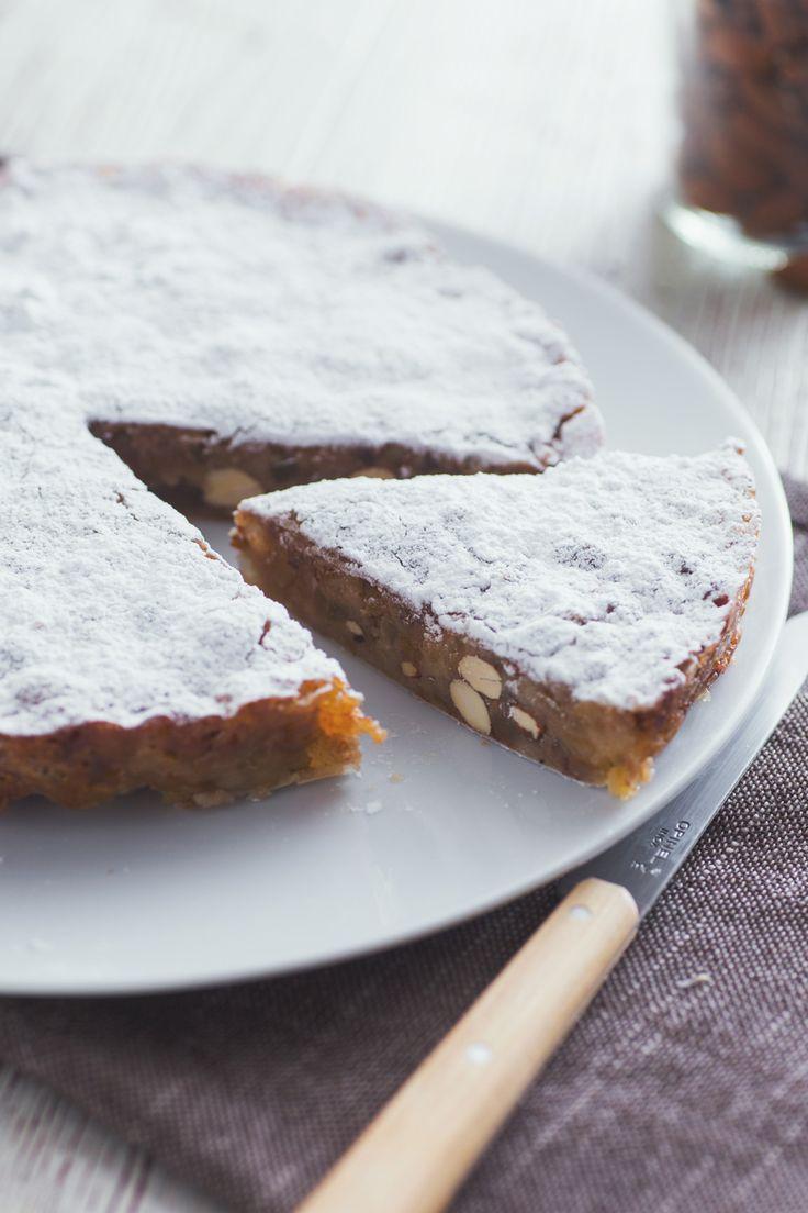 Panforte: tipico di Siena, è un dolce a base di mandorle e frutta candita. Viene gustato soprattutto nel periodo di Natale.  [Christmas Panforte from Siena, Tuscany]