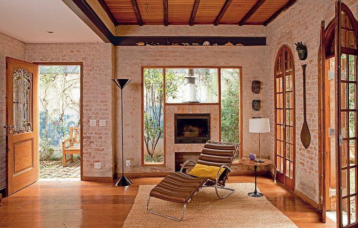 """A reforma do arquiteto Carlos Verna ampliou os espaços internos, sem alterar o estilo da construção do início do século passado. As paredes descascadas mostram os tijolos antigos. """"Dei acabamento com nata de cal, areia e cimento branco para clarear"""""""