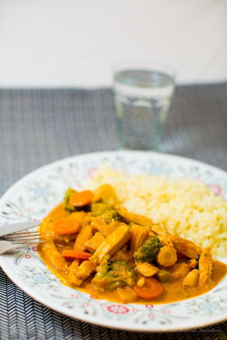 Paneng Gai - Currykyckling: förpackning Kronfågel strimlad kyckling 1/2 purjolök 1 påse Spice Master panang gai 1 påse wokgrönsaker (ca 500 g) 400 g kokosmjölk 1/2 tsk salt eller grönaksbuljong (jag använder Biofoods buljongpulver) 1 msk tamarisoja ev. 1 msk röd currypasta // Fav favs currysås