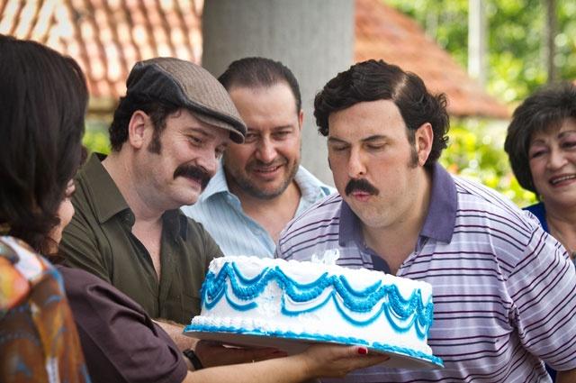 Pablo Escobar recibe de su familia una sorpresiva celebración de cumpleaños. En el evento lo acompañan sus más cercanos parientes.