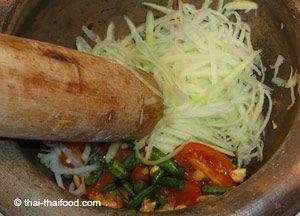 Som Tam der thailändische Papaya-Salat. Original Rezept aus Thailand. Die Salatzubereitung erfolgt in einem Thai Mörser. Man stampft den Salat.