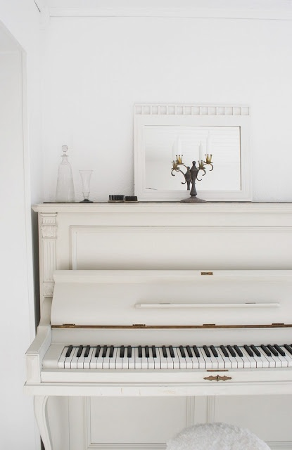 old white piano