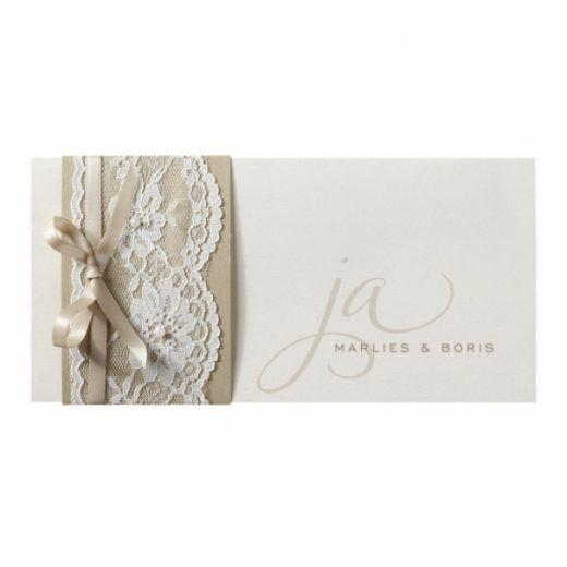 Trouwkaart Chique trouwkaart met sierlijk lettertype en wikkel van echt kant
