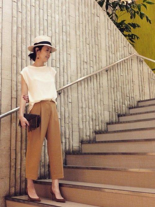 ベージュx白のきれいめコーデ♡♡ ボトルネックノースリーブを使った秋冬ファッションコーデ。