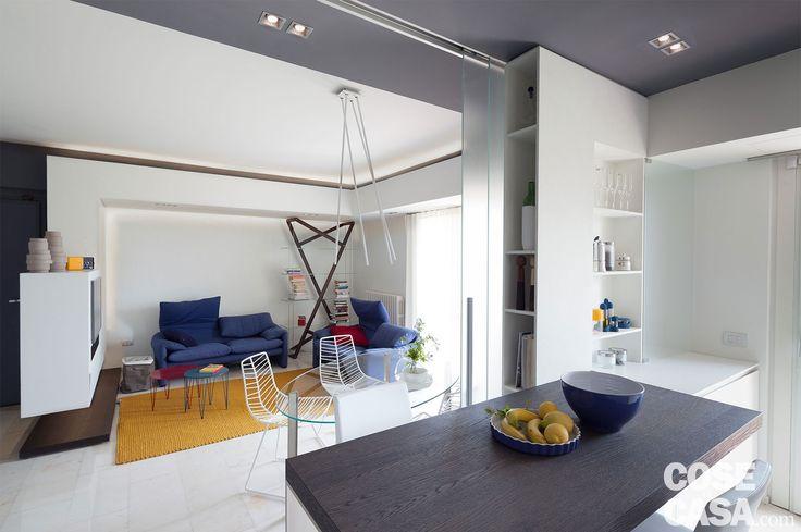 Una casa di 80 mq contemporanei  e accoglienti, trasformati  e riproporzionati da un originale sistema di controsoffittature multiple con illuminazione  a led integrata.