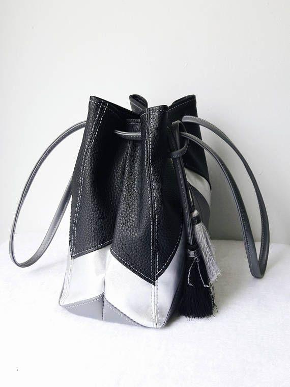 afddffc95 Cartera tipo saco con forma geometrica en Negro,plateado y gris. Esta  hermosa cartera