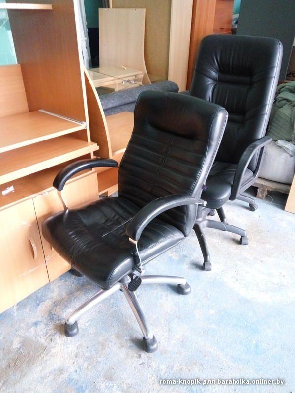 Столы (письменные и компьютерные) есть угловые и стандартные, тумбы подстольные (на колёсиках с 3-мя полками), шкафчики с витриной (застеклённые большие, без стёкол маленькие), кресла и стулья, шкафы. На фото не хватает 2-х столов компьютерных угловых, тё