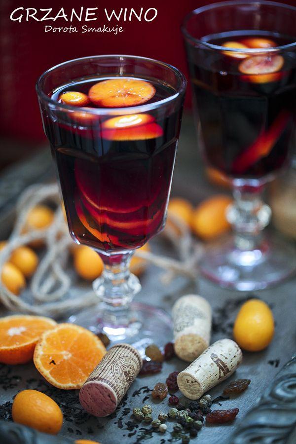 Grzane wino – przepis1 butelka (750ml) czerwonego wina półsłodkiego  1/2 szkl cukru trzcinowego  150 ml soku świeżo wyciśniętego z cytrusów (np. z 1 dużej pomarańczy czy mandarynek klementynek)  łyżka rodzynek  laska cynamonu  5 goździków  2 ziarna kardamonu  2 ziarenka pieprzu
