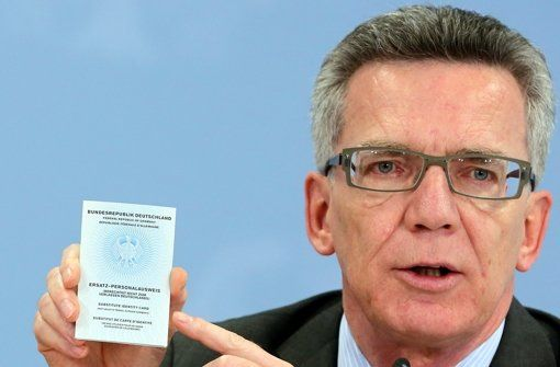 Innenminister Dr. de Maizière stellt in Berlin einen sogenannten Ersatzpersonalausweis vor, der nach Entzug des normalen Ausweises ausgestellt wird. Foto: dpa http://www.stuttgarter-zeitung.de/inhalt.terrorhelfer-in-deutschland-muessen-islamisten-ihren-ausweis-abgeben.eea99981-b602-4a01-9d45-7508f07e5baa.html  PlsTakeAwayTerrorists' #GER passport+ID like #Indonesia did! Losing Indonesian citizenship, if supporting ISIS!!!