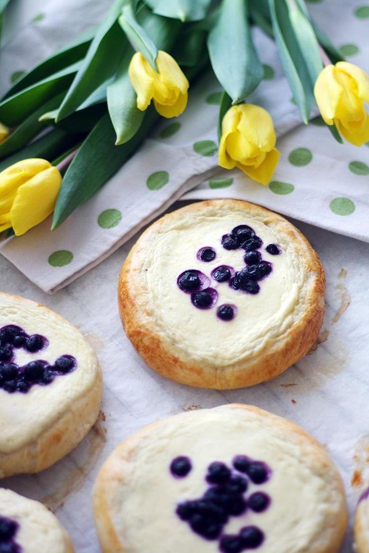 Mustikka-kardemumma-rahkapullat // Blueberry Buns Food & Style Annamaria Niemelä, Lunni leipoo Photo Annamaria Niemelä www.maku.fi