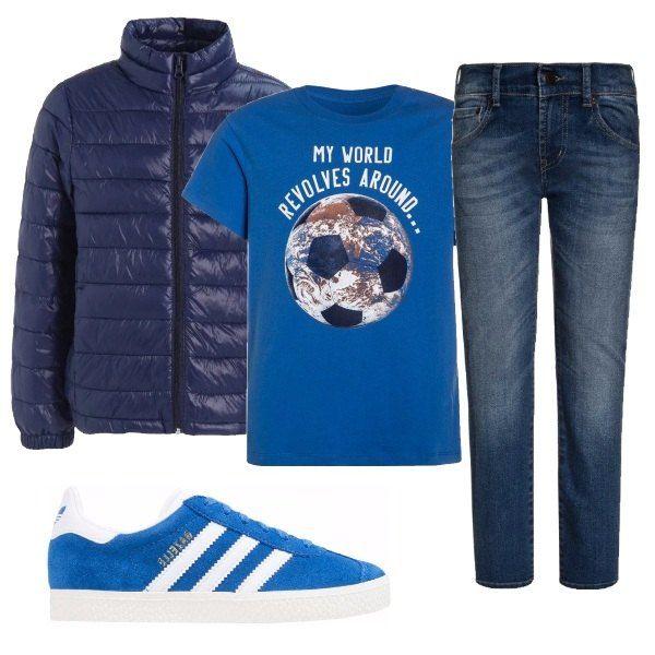 Outfit composto da t-shirt blu con chiaro riferimento all'amore per il calcio, jeans, pumino leggero blu della Benetton e Gazelle blu Adidas con strisce bianche.