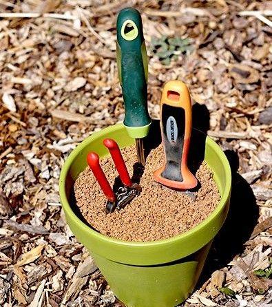 Ne laissez pas vos outils de jardinage traîner par terre. Protégez-les de la rouille en prenant un peu de sable que vous mélangez avez de l'huile minérale. Mettez le mélange dans un pot et utilisez-le comme porte outils. Le sable maintient vos outils aiguisés et l'huile les empêche de rouiller.