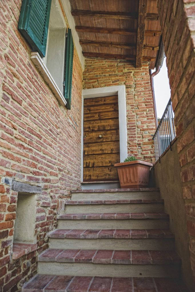 The typical tuscan stairs leading to Holiday Apartment Iole. There is a living room with a small kitchen and two double bedrooms.