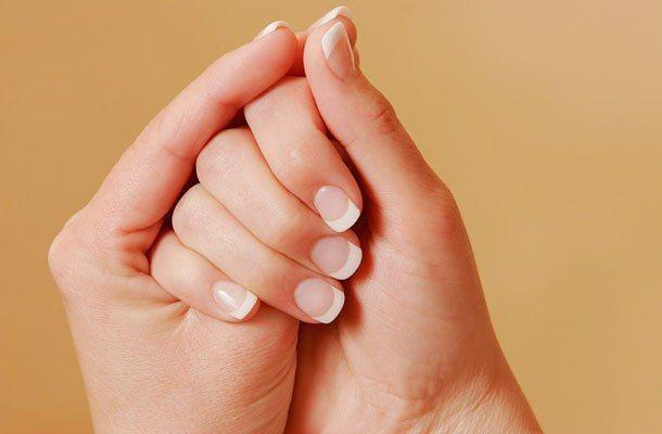 """ПРЕДЛАГАЮТ,,, """"Алмазная"""" твердость ноготков - просто, но результативно  1. Чесночный лак для укрепления ногтей: - 1-2 свежих зубчика чеснока - лак для ногтей, лучше прозрачный  Поместите в лак для ногтей на 7-10 дней мелко нарезанный чеснок. Затем просто покройте этим лаком ногти. После такого чесночного лака ваши собственные ногти будут лучше и прочнее накладных.  2. Лимонный сок для укрепления и осветления ногтей:  Разрежьте лимон пополам и погрузите в мякоть кончики пальцев — на 10 минут…"""