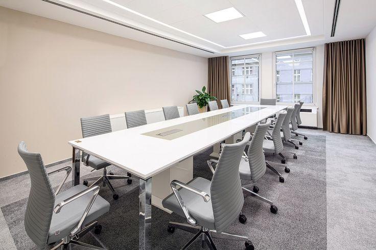 Jednací místnost, chromová podnož s bílou deskou, integrované datové zásuvky, pro 14 osob. Realizace Arbyd s.r.o